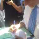 anthony-weiner-signing-a-card