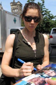 jessica-biel-signing-autographs