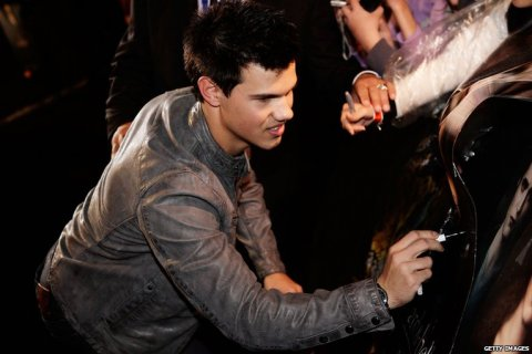 taylor-lautner-signing-autographs