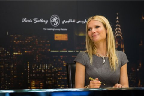 gwyneth-paltrow-signs-autographs-in-dubai