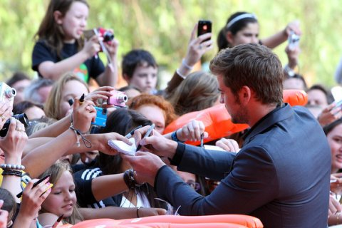 liam-hemsworth-signing-autographs