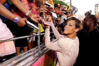 rihanna-signing-autographs