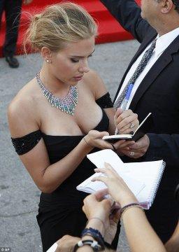 scarlett-johansson-signing-autographs-venice-film-festival