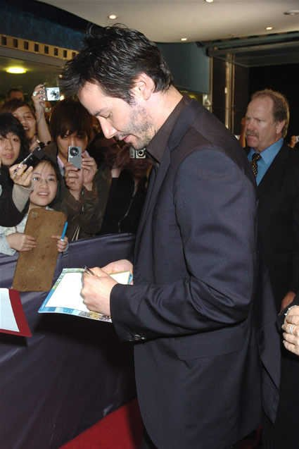 keanu-reeves-signing-autograph