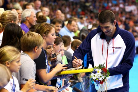 michael-phelps-signing-autographs